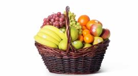 Kosze owocowe na święta BIZNES, Media i PR - Kwiecień jest jednym z najbardziej urzekających miesięcy roku- pojawiają się pierwsze przebiśniegi i krokusy. Wiosna czaruje nas pierwszymi promieniami słońca, a Święta Wielkiej Nocy to dobry moment aby odpocząć i zregenerować siły. Kosze owocowe na pewno Ci w tym pomogą!