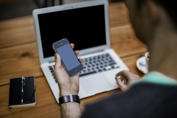 Cross devices w modelu programmatic BIZNES, Media i PR - Wg raportu We are social Polacy spędzają w sieci ponad 6 godzin, z czego 4,4 godz. na desktopie, a 1,3 godz. na urządzeniach mobilnych. Surfowanie po Internecie rozkłada się równomiernie na kilka urządzeń, w zależności od tego gdzie jesteśmy. Jak wykorzystać ich moc reklamową?