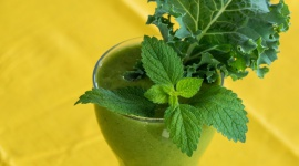 Wiosną postaw na zielone koktajle BIZNES, Media i PR - Lato zbliża się wielkimi krokami, temperatura na zewnątrz wzrasta, a my chcemy czuć się lekko i zdrowo. Co zatem powinniśmy zrobić? Pić owocowo-warzywne zielone koktajle. Jakie wartości odżywcze zawierają i dlaczego powinniśmy włączyć je do naszego menu?