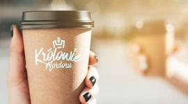 """Królowie Mordoru nie płacą za kawę, oni ją dostają BIZNES, Media i PR - Już 14 lutego o godzinie 8:00 odbędzie się pierwsza odsłona akcji """"Królowie Mordoru"""". Wszyscy, którzy pojawią się o tej porze przy skrzyżowaniu ulicy Wołoskiej z Domaniewską dostaną darmową kawę. Unikatowa inicjatywa ma zrzeszać społeczność pracującą na warszawskim Mokotowie."""