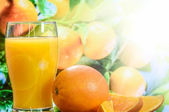 Cytrusy - nie tylko latem BIZNES, Media i PR - Pomarańcze i grejpfruty to owoce, po które sięgamy chętnie nie tylko latem - dużą popularnością cieszą się także zimą. Jakie witaminy i minerały zawierają? Dlaczego warto spożywać je przez cały rok?