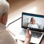 Seniorzy porozmawiają z FH DOM na czacie lub podczas video-rozmowy
